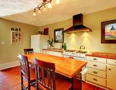 Mestiere accogliente cucina bianca con verde pareti e pavimento in legno. — Foto Stock