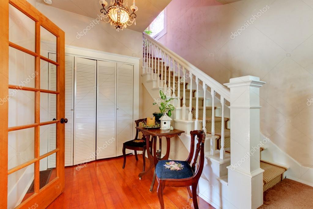Couloir avec blanc tage escalier et bois franc - Couloir avec escalier ...