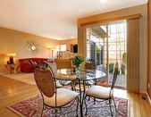 Eleganter esstisch in der nähe von großen tür und wohnzimmer. — Stockfoto