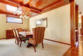 Sala de jantar com paredes amarelas e tecto de madeira. — Foto Stock