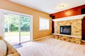 Vide salle de séjour avec grande cheminée et porte à l'arrière-cour. — Photo