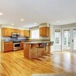 cocina abierta vacío grande con sala de estar con puertas de balcón — Foto de Stock