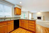 Grande vazia cozinha aberta com sala de estar casa interior. — Foto Stock