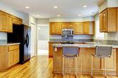 Nova cozinha clássica com tamboretes de barra e madeira. — Foto Stock