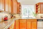 Cucina in legno di lusso con granito e finestra. — Foto Stock