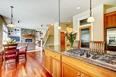 Dřevo luxusní velká kuchyně, jídelna s červenou a žuly. — Stock fotografie