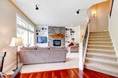 Luksusowy duży beżowy pokój dzienny z schody. — Zdjęcie stockowe