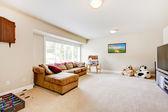 Tv spelen woonkamer met grote bruine sofa. — Stockfoto