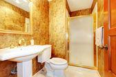 Oro antiguo cuarto de baño con wc blanco y lavabo. — Foto de Stock