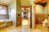 Dağ ev lüks büyük ana banyoda. — Stok fotoğraf