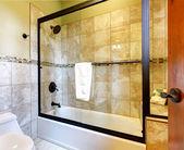Högsta kvalitet dusch badkar med stenplattor och toalett. — Stockfoto