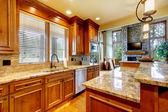 Cozinha de madeira de luxo com bancada em granito. — Foto Stock