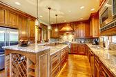 Luxe houten keuken met granieten aanrecht. — Stockfoto