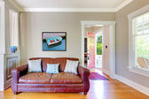 Sofá de cuero y living comedor con puerta abierta. — Foto de Stock