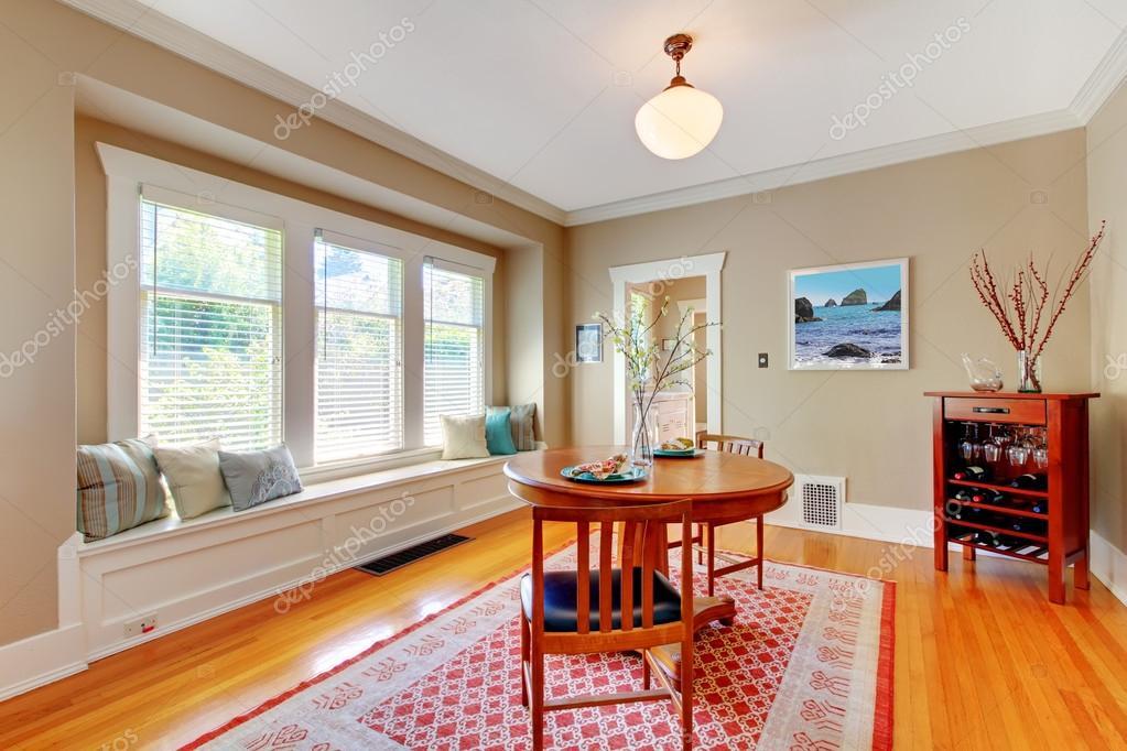 l gante salle manger avec banquette de fen tre avec plancher de bois franc merisier. Black Bedroom Furniture Sets. Home Design Ideas
