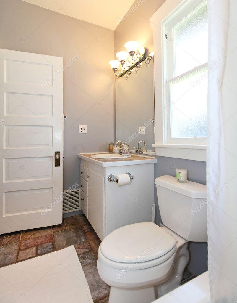 Grigio e bianco piccolo bagno foto stock iriana88w for Bagno grigio e bianco
