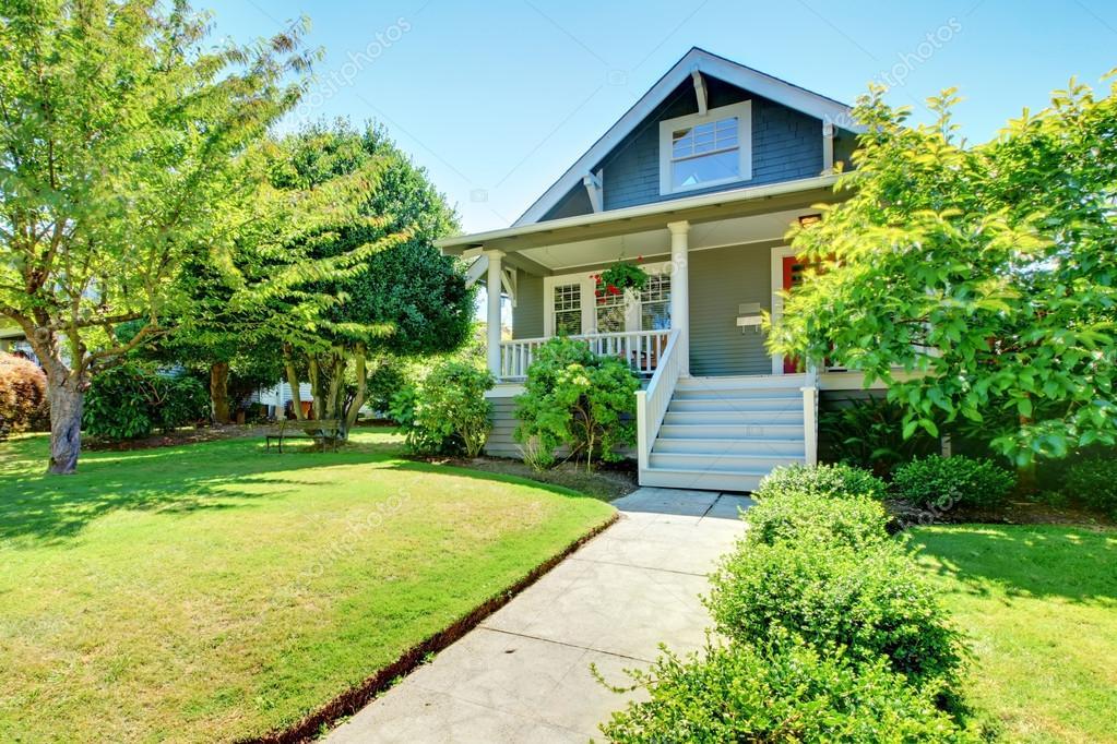 Grigio piccolo vecchia casa americana facciata esterna con - Facciata esterna casa ...