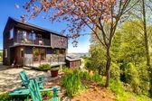 黑色木现代房子与春天后院. — 图库照片