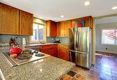 Küche mit herd und rote teekanne. — Stockfoto