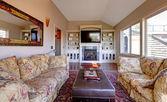 Velký obývací pokoj s pohovkou, tv a hnědé stěny. — Stock fotografie