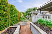 Wiosna przydomowy ogród łóżka i konstrukcje drewniane. — Zdjęcie stockowe