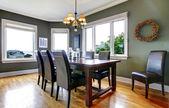 Grote groene eetkamer met lederen stoelen en grote ramen. — Stockfoto
