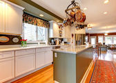 Grande cuisine blanche et verte avec plancher de bois franc. — Photo