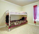 παιδιά υπνοδωμάτιο με διπλό κουκέτα μετάλλων. — Φωτογραφία Αρχείου