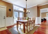 Grote heldere beige eetkamer met cherry hardhout. — Stockfoto