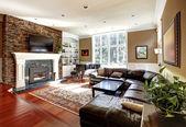 Sala de estar de luxo com stobe lareira e sofás em pele. — Foto Stock
