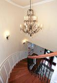 Luxe gebogen trap met een kroonluchter en harwood. — Stockfoto