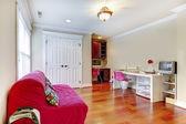 Kinder home studium spielen innenraum mit rosa sofa. — Stockfoto