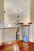 Luxusní zakřivené schodiště s lustrem a harwood. — Stock fotografie