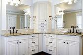 Luxus-große weiße master badezimmer-kabinette mit doppelwaschbecken. — Stockfoto