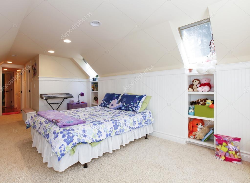 带阁楼的女孩卧室拱形的天花板和米色地毯与玩具