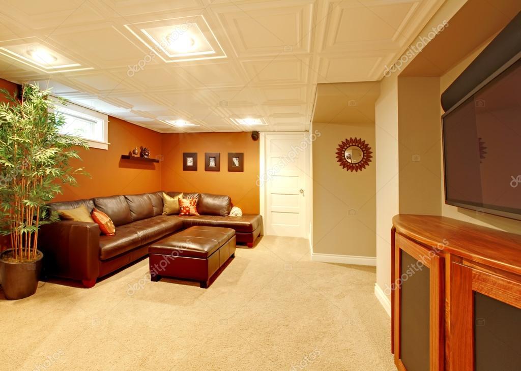 TV media kelder woonkamer met Bank van het leer — Stockfoto ...
