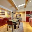 luxe moderne salle à manger avec cuisine en acajou — Photo