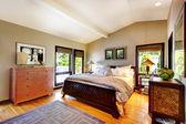 Moderní luxusní pokoj s postelí, prádelník a noční stolek. — Stock fotografie