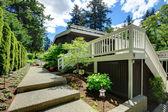 Casa grande quintal com grande deck e passarela. — Foto Stock