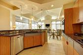 Große moderne holzküche wohnzimmer mit hoher decke. — Stockfoto