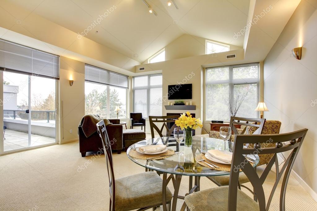 Ampio luminoso soggiorno e sala da pranzo con soffitto a volta foto stock iriana88w 19256075 - Soggiorno e sala da pranzo ...