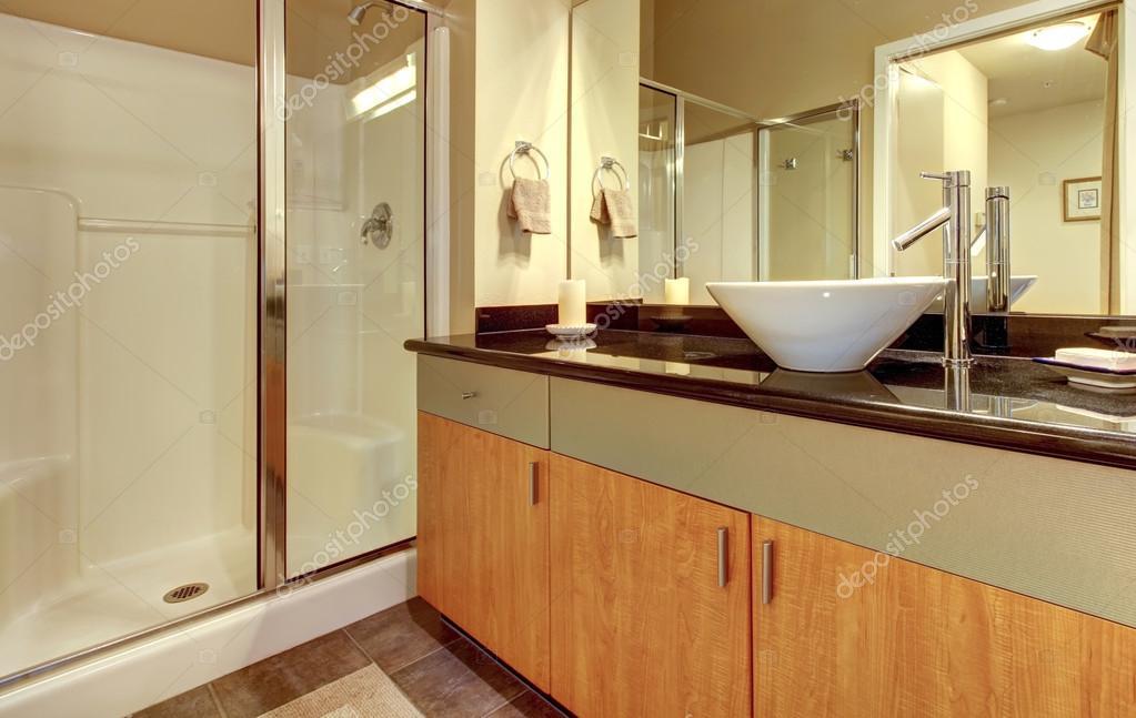 badrum skåp vit ~ badrum med trä moderna skåp och vitt handfat