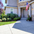 House exterior with driveway and American flag. — 图库照片 #19912897