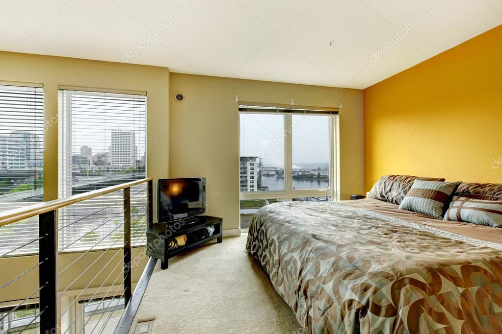 loft wohnung schlafzimmer mit gel nder und tv stockfoto