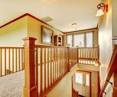большие новые детали прихожей лестница американского дома. — Стоковое фото