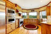 деревянные роскошные дома кухонный интерьер. новая ферма американский дома. — Стоковое фото