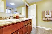 Nieuwe badkamer interieur met cherry wastafel kabinet. — Stockfoto