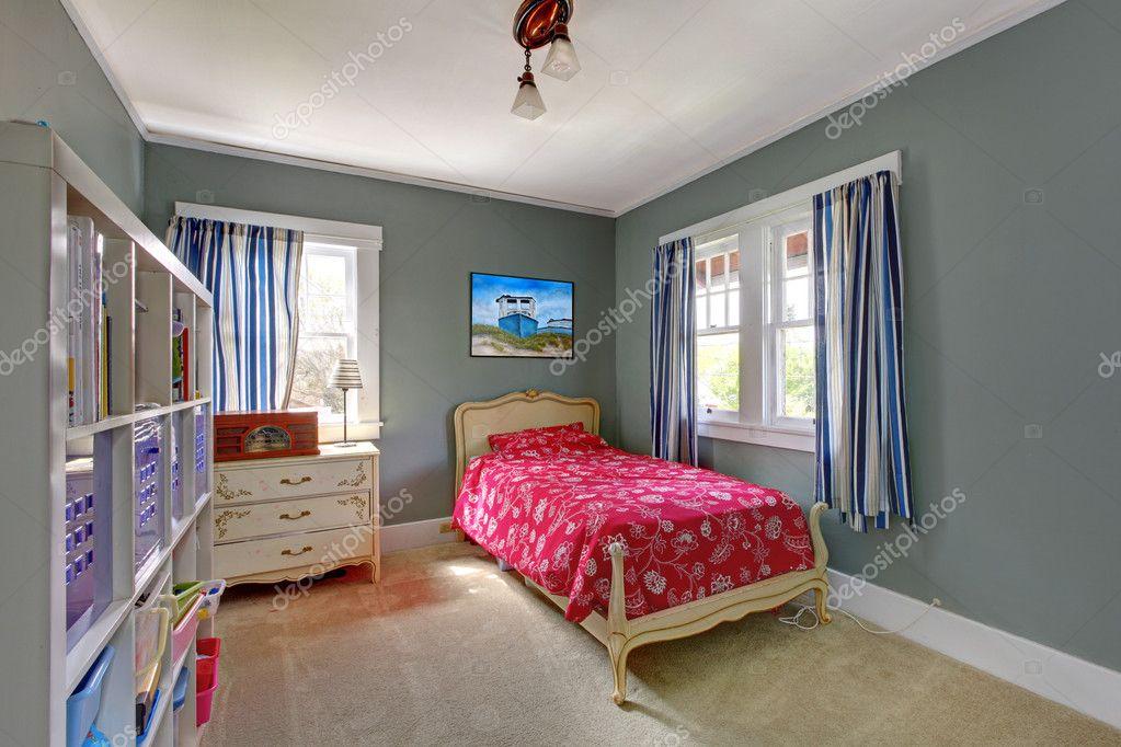 Cameretta con letto rosso e muri grigi — foto stock © iriana88w ...