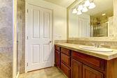 Badrum med stenplattor och dusch med trä skåp. — Stockfoto