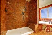 красный роскошная мраморная ванная комната в новый роскошный интерьер дома. — Стоковое фото